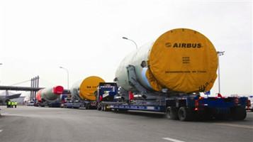 天津交警全程带路护送空客A320大部件运输