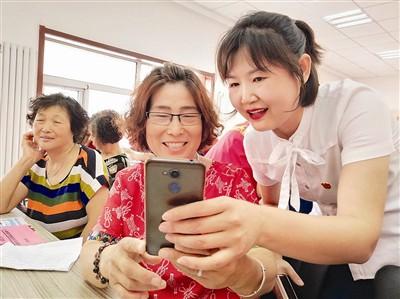天津各区开展手机课堂 助力老年人融入智能生活圈