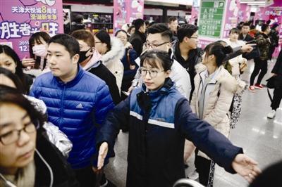 24日天津地鐵公交迎高峰 志愿者服務大客流