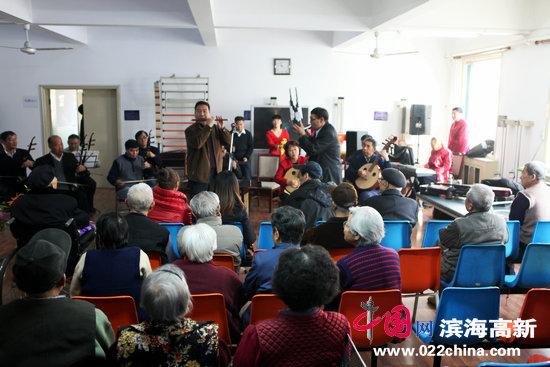 李七庄街夕阳红艺术团与敬老院老人联欢