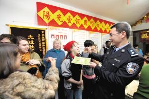 中国的农历除夕和大年初一晚上,在天津市阳光100社区居住的欧美居民以自己独特的方式过中国年。他们各家各户都精心准备好一道美食,到了吃饭的时间,这20余户70名外国居民先聚集在一起,然后一家一家地串门,品尝每家准备的各道美食,最后一起燃放烟花。其间,社区志愿者带上家属和小孩,一同到社区居委会过年。社区民警端上刚刚出锅的饺子,让外国居民吃到这一道中国人过年不可或缺的大餐。(记者 张艳 通讯员 王凯峰 摄影报道)