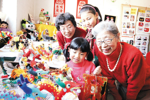 """昨日(24日),天津市退休职工李凤兰家里举办的""""金龙盛世家庭展览会""""迎来众多观众,展览共近3000余件展品,是她25年间利用业余时间制作的,12生肖、布娃娃、猴乐队、各种玩偶动物栩栩如生。(记者 姚文生 通讯员 盛茂林 摄)"""