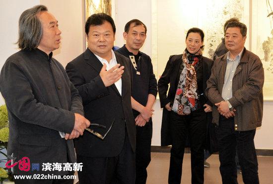 天津市委常委、市委政法委书记散襄军、著名画家霍春阳、王其华在观赏邓作列作品。