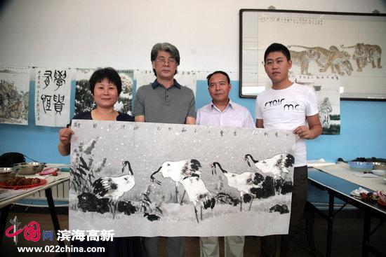 天津市美协副主席、著名花鸟画家郑连群与三友冷弯型材厂负责人任连志、徐会仙。