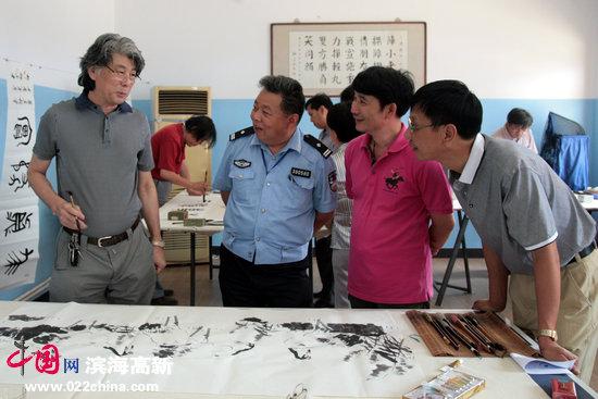 天津市美协副主席、著名花鸟画家郑连群与运河画院院长孟宪奎、画家任首华、鉴赏家谢连梓在交流书画艺术。