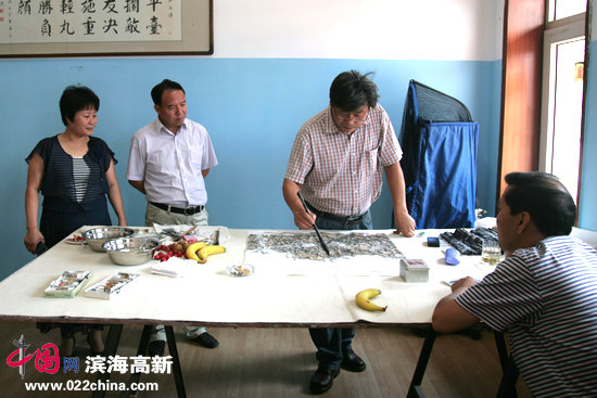 天津画院著名山水画家张运河在创作中。