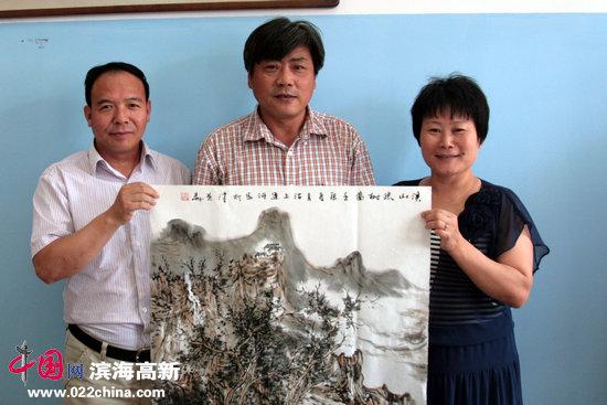 天津画院著名山水画家张运河与三友冷弯型材厂负责人任连志、徐会仙。