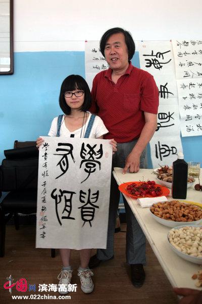 天津市书协副主席、著名书法家邵佩英一幅《学贵有恒》书赠三友冷弯型材厂。