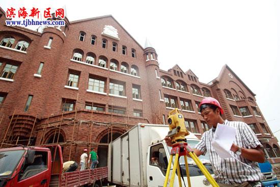 中国网滨海高新讯 记者昨日从中新天津生态城了解到,作为生态城的首个小学,滨海小外的欧式风格主教学楼主体已竣工,进入到内部装修阶段,今年9月,小学一年级和初中一年级将正式招生。据介绍,滨海小外由一个小学部、两个中学部组成,总占地面积200亩,建筑面积96500平方米。(文/记者 程瀚 图/记者 王欢)