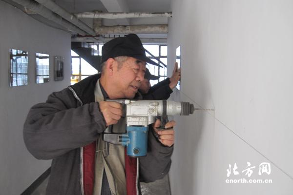 修路、修车、修门窗、扫雪、帮助残疾人……只要居民有需要,王玉和都会去帮忙