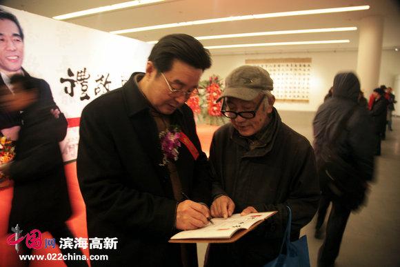 天津楹联协会会长、中国楹联书画院院长陈伟明与热心观众。