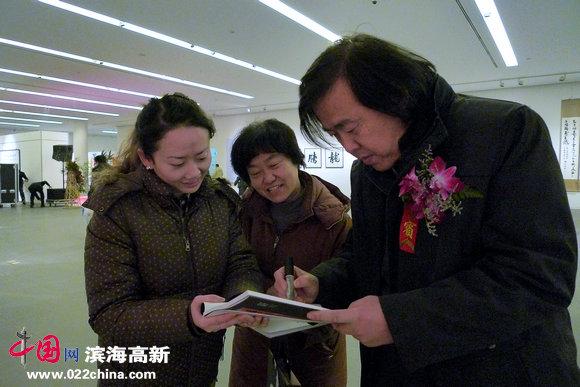 天津市书法家协会副主席邵佩英与热心观众。