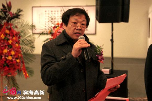 """天津市书法家协会秘书长冉繁英主持""""礼敬翰墨—苏玉作书法作品展""""开幕式。"""