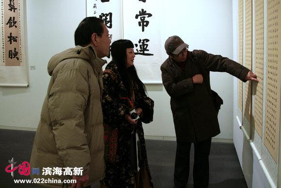 著名书法家赵士英、画家黄雅丽在观赏苏玉作书法作品。