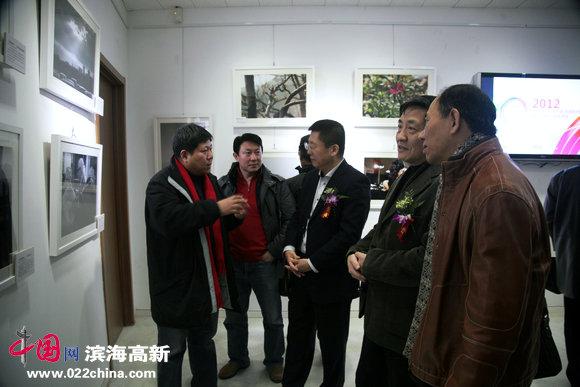 嘉宾以及参展教师参观摄影展。