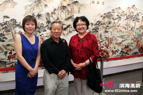 津门女画家刘正与著名画家姬俊尧、李澜在画展上