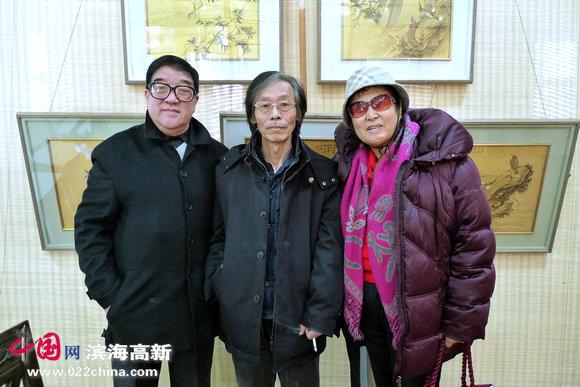 著名画家姚景卿(中)、与中国大风堂研究会艺术顾问王文英、民建中央画院画师卢贵友在画展上。