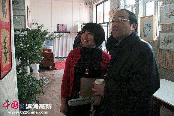 津台书画苑负责人梁丽雅陪同市侨办负责人观看画展。