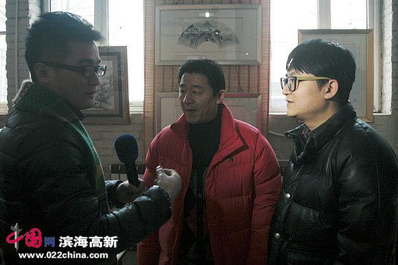 爱新觉罗•毓震峰、爱新觉罗•伯骧接受媒体采访。