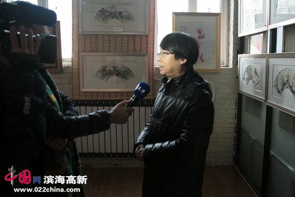 爱新觉罗•毓岳接受媒体采访。