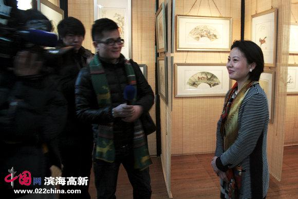 著名女画家曹雪蓉接受媒体采访。