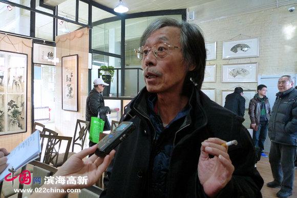 姚景卿接受媒体采访。