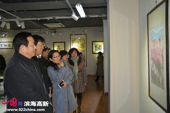 心语自然—当代朴墨心画艺术展暨大型公益活动举行,图为河北区有关领导观展