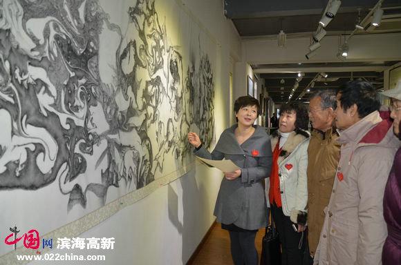 心语自然—当代朴墨心画艺术展暨大型公益活动举行,图为心画作者讲解自己作品