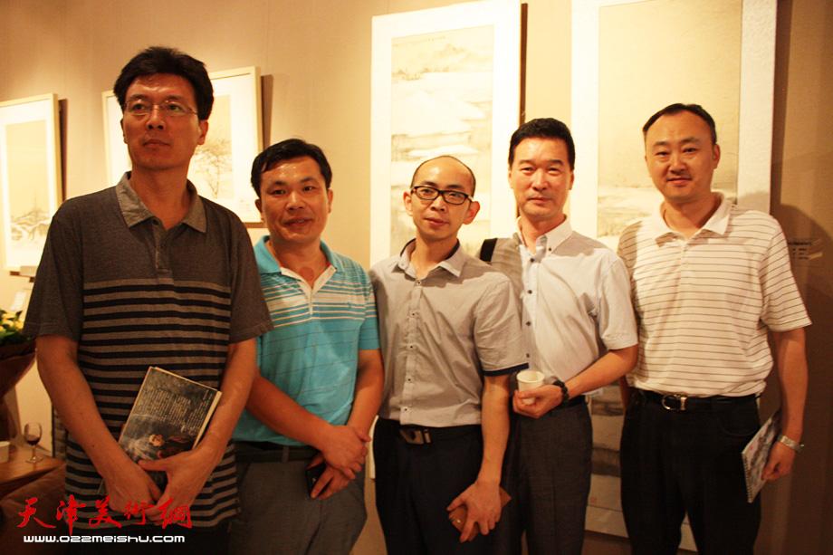 柴博森(右一)、陈之海(右二)、阚传好(中)与来宾在画展上合影。