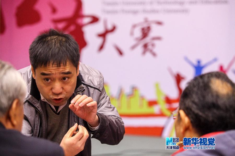 11月17日,一名参赛选手在天津外国语大学进行现场口译竞赛。(李想 摄)