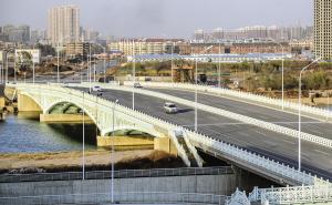 吉兆桥宽40米、双向六车道的桥面显得十分宽敞。摄影张磊