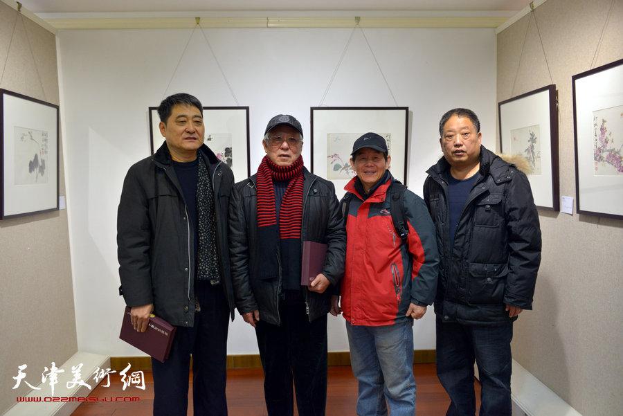 """""""萧朗花鸟画小品展""""亮相北京荣宝斋,图为贾宝珉与来宾在画展现场。"""
