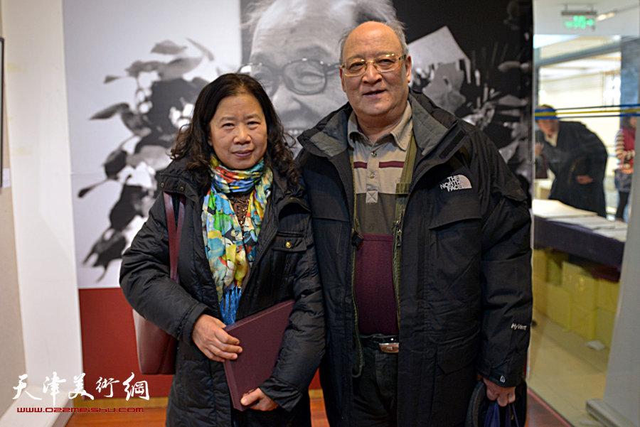 """""""萧朗花鸟画小品展""""亮相北京荣宝斋,图为史如源与来宾在画展现场。"""