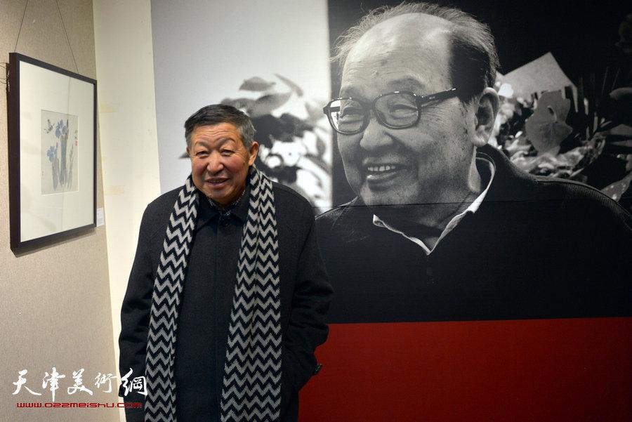 图为著名花鸟画画家马志丰在画展现场。