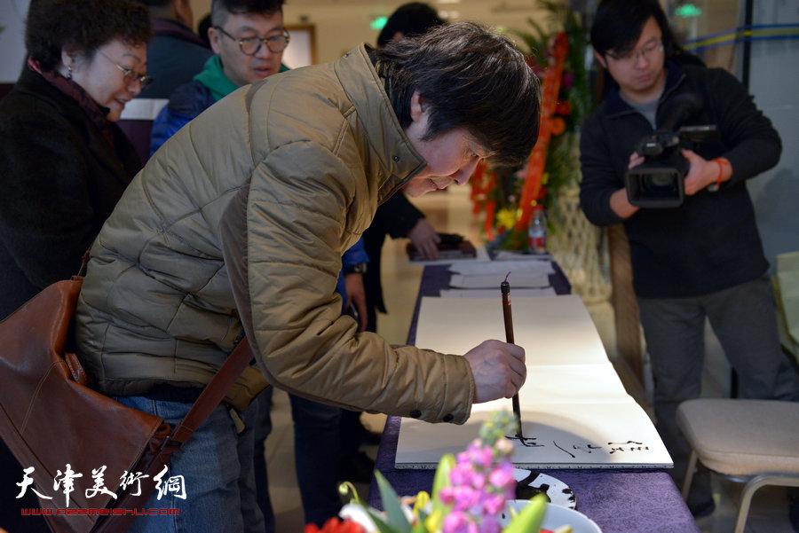 """""""萧朗花鸟画小品展""""亮相北京荣宝斋,图为著名画家杨熹发在画展现场。"""