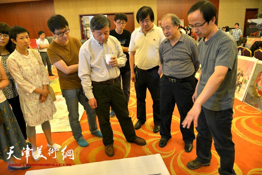 高清图:刘大为、吴长江等中国美协领导来津观摩指导。图为吴长江与王书平、史振岭等观看版画作品。