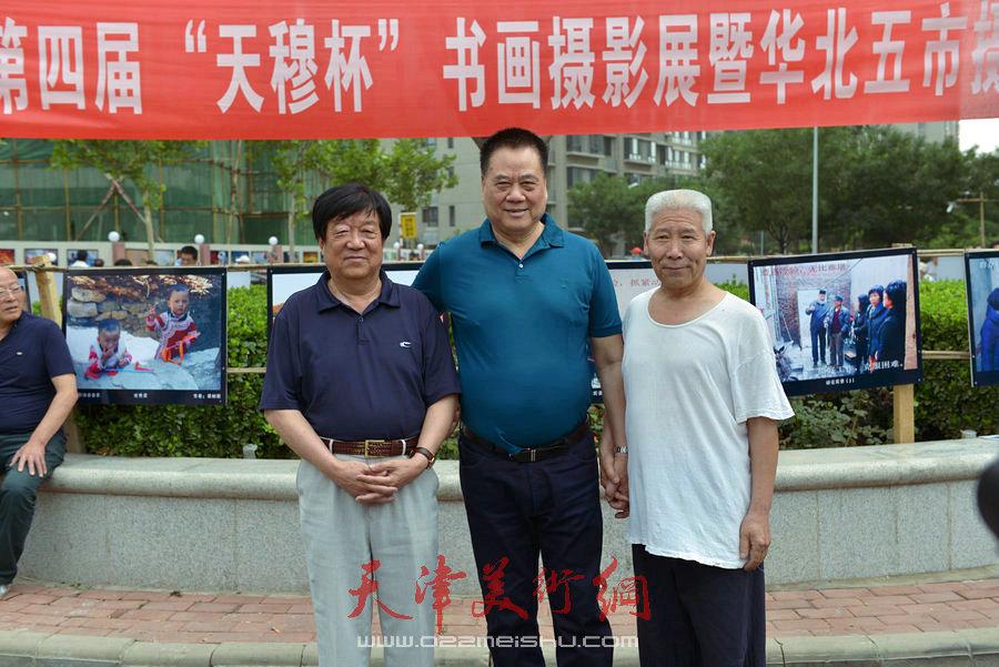 """第四届""""天穆杯""""书画摄影展在北辰区天穆东苑举行,图为穆祥友与观众合影。"""