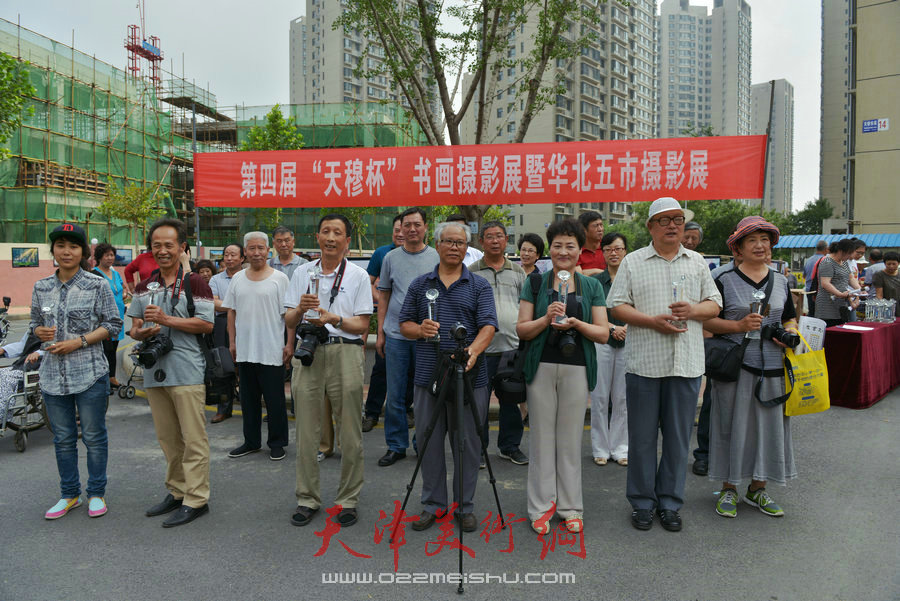 """第四届""""天穆杯""""书画摄影展在北辰区天穆东苑举行,图为获奖者合影。"""