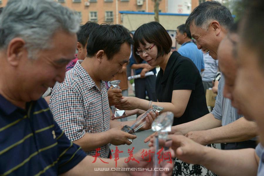 """第四届""""天穆杯""""书画摄影展在北辰区天穆东苑举行。图为颁奖现场。"""