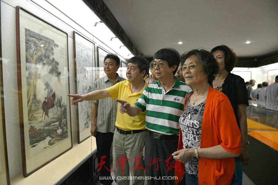 爱新觉罗家族书画展在天津文庙开展,图为毓峋在展览现场。