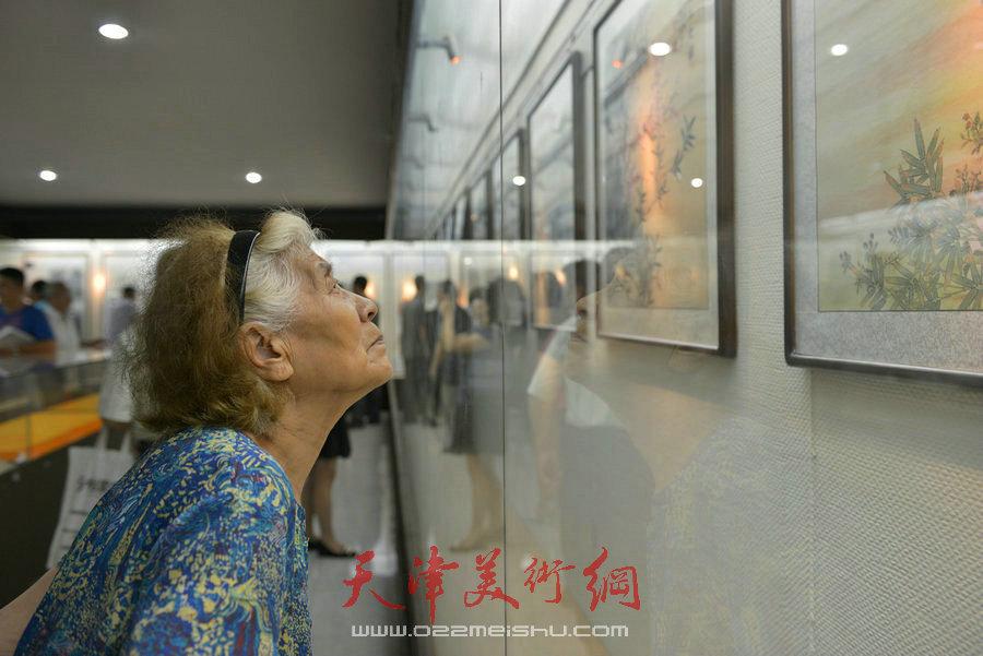 爱新觉罗家族2018最新博彩白菜大全展在天津文庙开展,图为毓峋在展览现场。