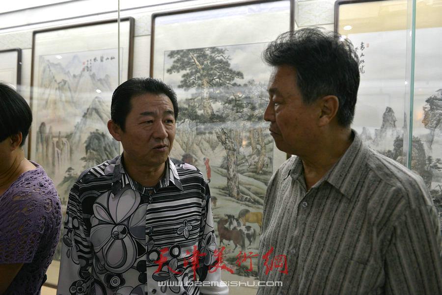爱新觉罗家族书画展在天津文庙开展,图为毓震峰与赵毅在展览现场。