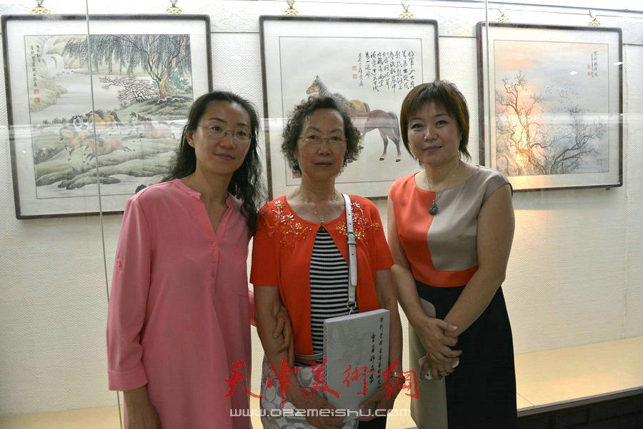 爱新觉罗家族书画展在天津文庙开展,图为李澜与毓��在展览现场合影。