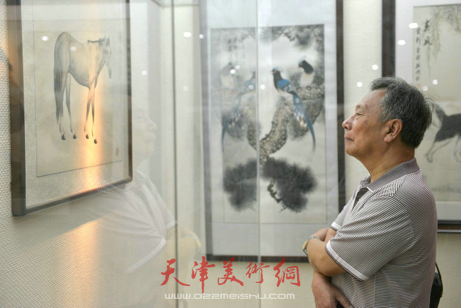 爱新觉罗家族2018最新博彩白菜大全展在天津文庙开展,图为观众观看作品。