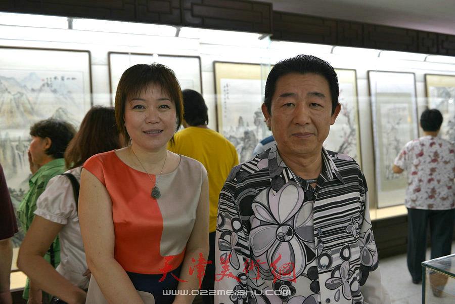 爱新觉罗家族书画展在天津文庙开展,图为毓震峰与李澜合影。