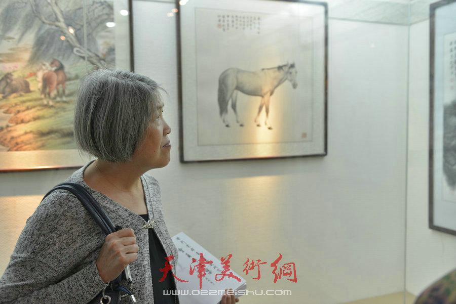 爱新觉罗家族书画展在天津文庙开展,图为观众观看作品。