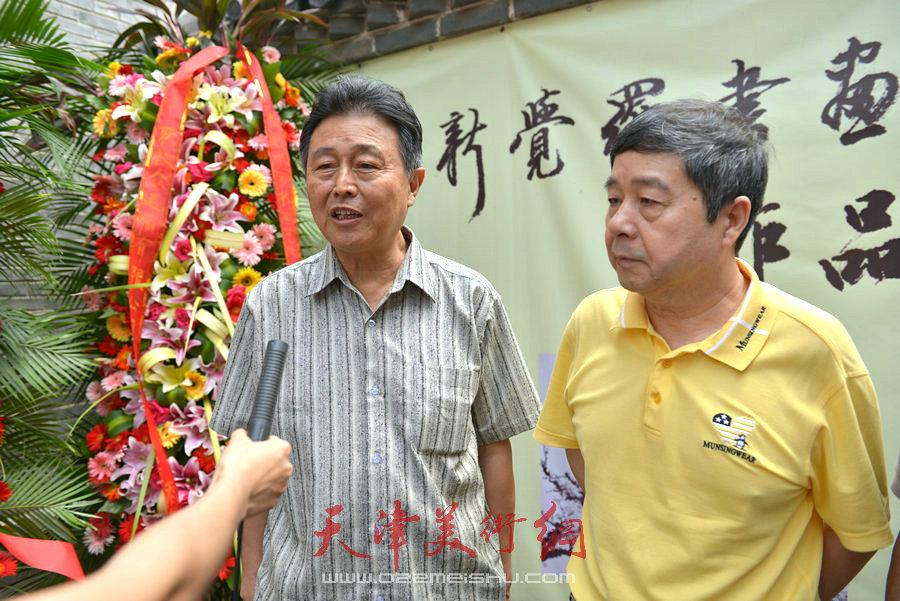 爱新觉罗家族书画展在天津文庙开展,图为毓峋、赵毅、张根起接受媒体采访。