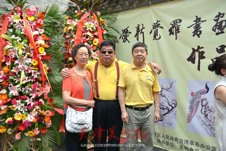 爱新觉罗家族书画展在天津文庙开展,图为毓��、毓峋与来宾合影。
