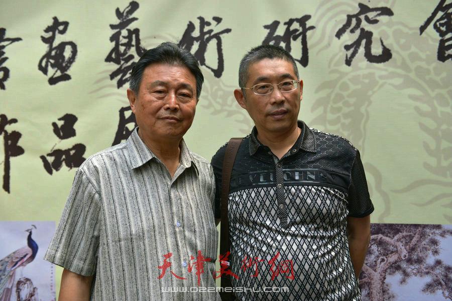 爱新觉罗家族书画展在天津文庙开展,图为赵毅与来宾合影。