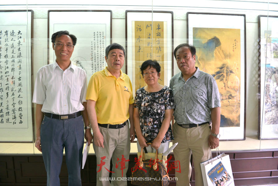 爱新觉罗家族书画展在天津文庙开展,图为毓峋与来宾合影。